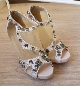 Вечерние туфли с камнями