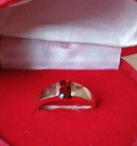 Золотое кольцо с камнем гранат