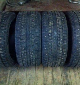 R17 Резина Dunlop 235/45 зима шипы