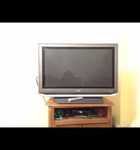 Черный и серый ЭЛТ-телевизор