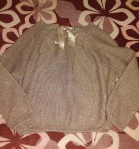 Нарядный свитер с вырезом на спине.