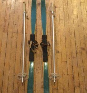 Детские лыжи с палками.