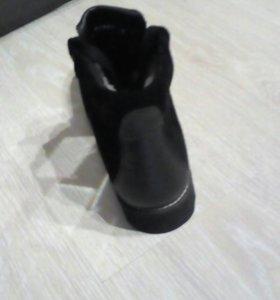Натуральные замшевые ботинки.