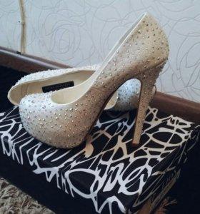 Туфли женские белые (в стразах)