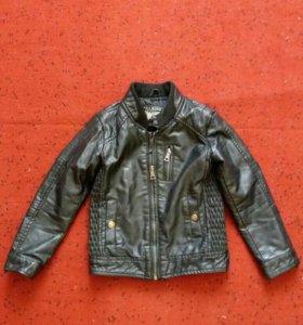Продам кожаную куртку на мальчика возраст 4-5 лет