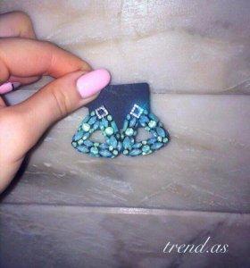 Светло-зеленые серьги с кристаллами
