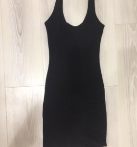 Чёрное маленькое платья, обтягивает.