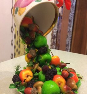 Парящая чашка с фруктами