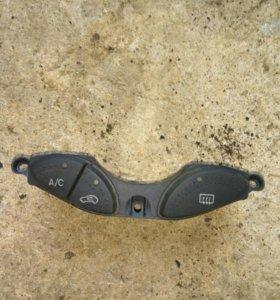 Кнопки вкл.кондея и обогрев заднего стекла Фокус1