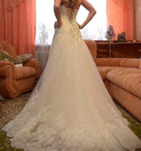 Свадебное платье со шлейфом ( цвет шампань)