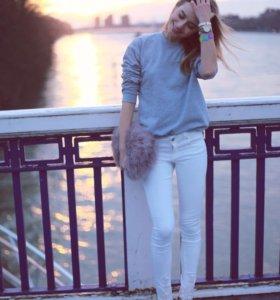 Белые джинсы с кружевными манжетами