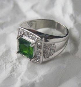 Кольцо с зелёной вставкой.