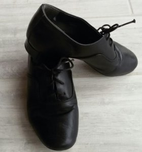 Детская обувь для занятия бальными танцами.
