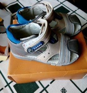 Новые сандалии.