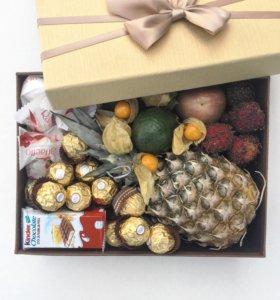 Подарки любимым. Коробочки с цветами и сладостями