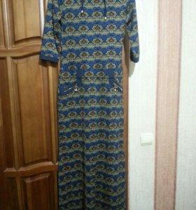 Длинное платье с капюшоном