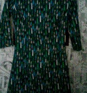 Платья два зелёных и одно красное.