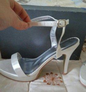 Новые свадебные атласные туфли