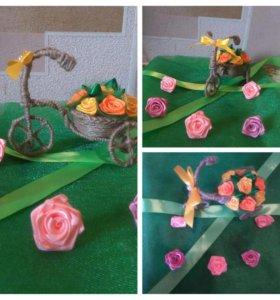 Весенний велосипед с корзинкой роз