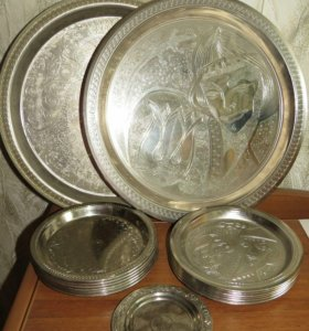 Набор металлических тарелок.