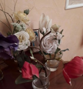 Цветы в вазочках, закрепленные гелем