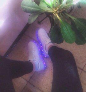 Кроссовки с неоновой подсветкой