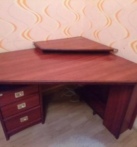 Письменный стол с подставкой для компьютера