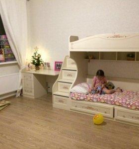 Двухъярусная кровать и письменный стол.