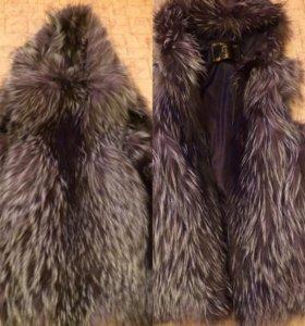 Меховая жилетка с капюшоном