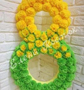 Солнечная восьмерка из бумажных цветов