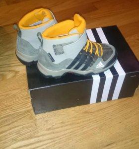Продам утепленые ботинки адидас