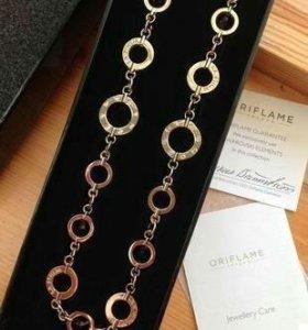 Ожерелье в подарочном футляре.