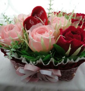 Композиция из бумажных цветов в форме сердца