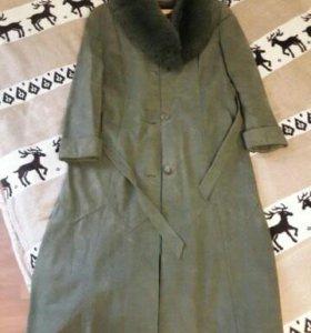 Элегантное кожаное пальто с меховым воротником