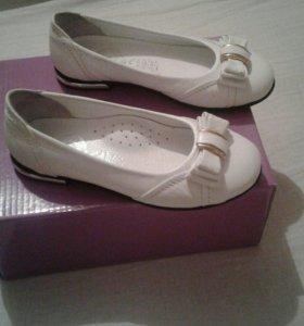 Туфли белые кожаные.