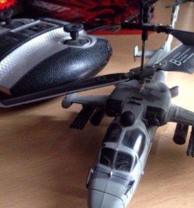 Дистанционный вертолёт на пульте управления