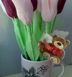 Тюльпаны из конфет в кружке