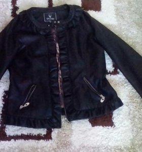 Женская, молодежная,кожаная куртка 50 размер.