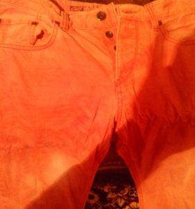 Разных цветов джинсы