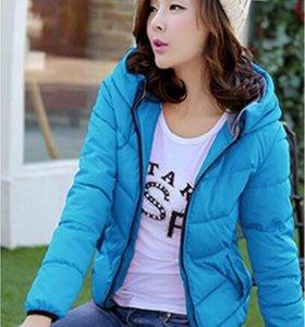 Яркая голубая курточка
