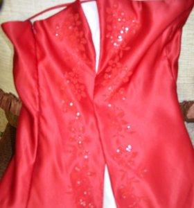 Пышное атласное платье красного цвета