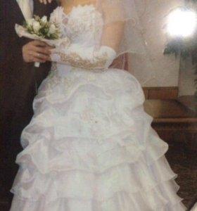 Свадебное платье , перчатки , шубка и ободок.