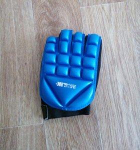 Перчатка для хоккея на траве