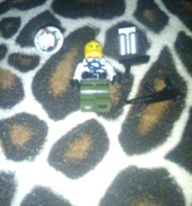 Лего чиловечик с оружеем шлемом и с ранцем