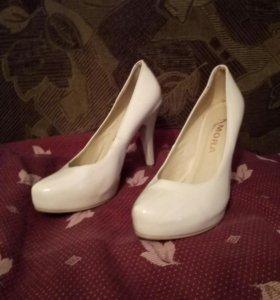 Туфли беж,лакированные