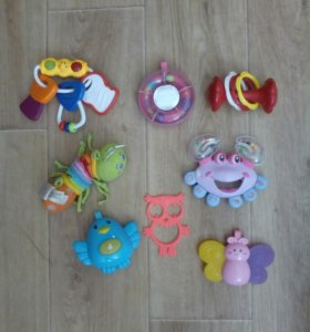 Игрушки и коврик для самых маленьких