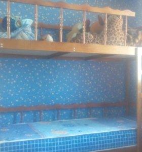 Двухярусная кровать с одним матрасом.