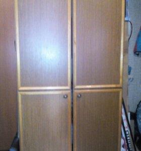Шкаф деревянный вместительный