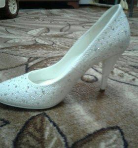 Туфли белые 39размер