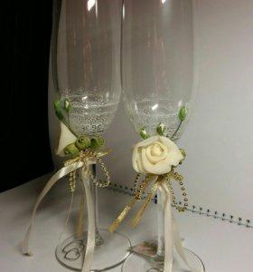 Бокалы и свадебная атрибутика в подарок